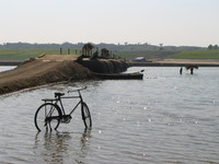 041227122832_bicycle_in_chambal_river