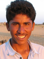 041213040400_young_man_in_sunset_near_the_jaisalmer_desert
