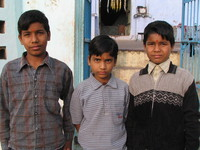 041222153708_three_indian_kids_near_ganesha_temple