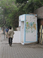 041130012958_open_toilet_on_a_main_street_in_old_delhi