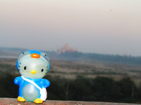 041227171652_hello_kitty_and_taj_mahal