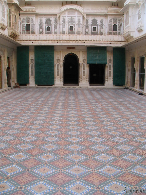 courtyard of phool mahal