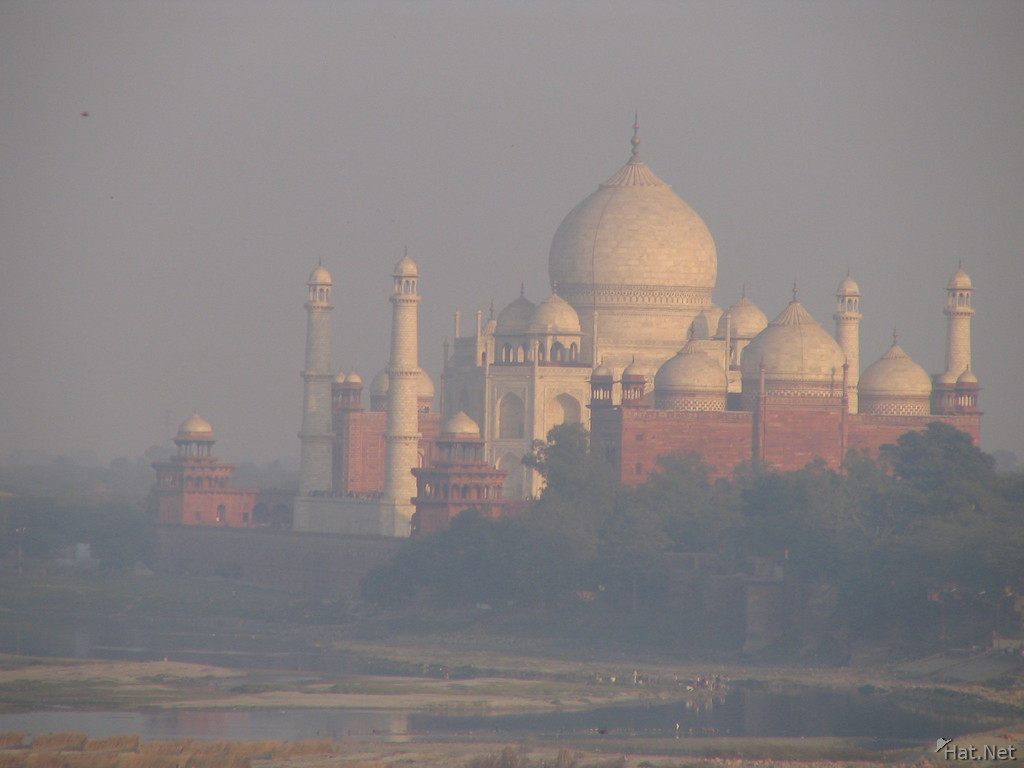 taj mahal in polluted haze