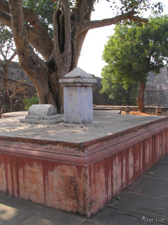 tomb of three person