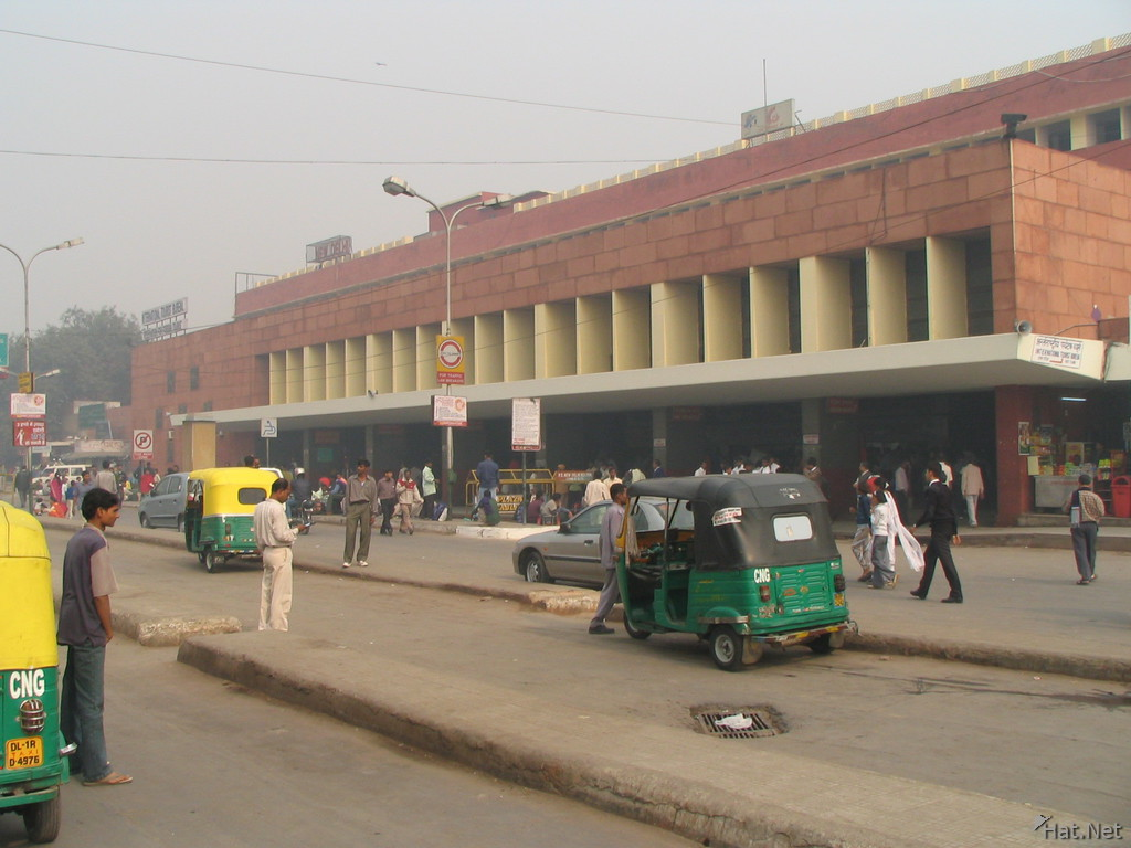 New Delhi Railway Station http://experienceindia.wordpress.com/2007/11/23/paharganj-metro-location/