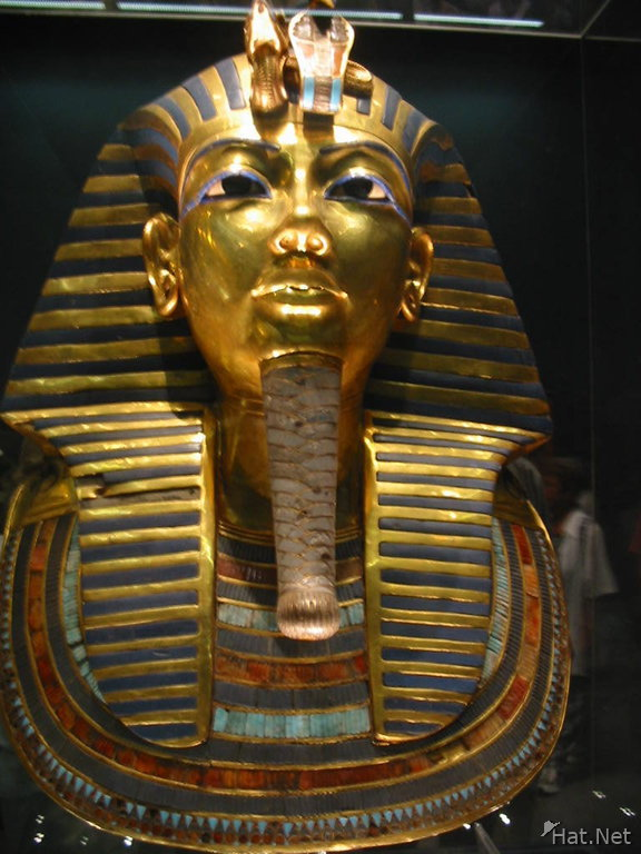 heavy death mask of king tutankhamun